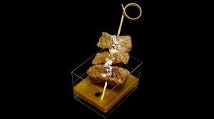 Brochette de faux-filet du pays sur truffe et sauce Périgord
