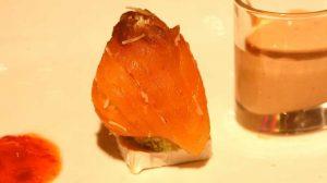 Ensaladilla de salmón sobre queso de cabra y salsa rosa
