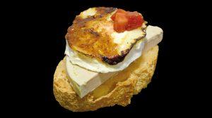 pintxo de foie sur fromage de chèvre caramélisé et tartare de fraises